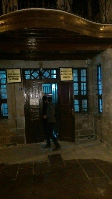 2 Öğrenci Halk Kütüphanesinde Mahsur Kaldı