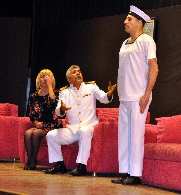 'Emret Komutanım, Sütkardeşler' Adlı Tiyatro Büyük Beğeni Topladı