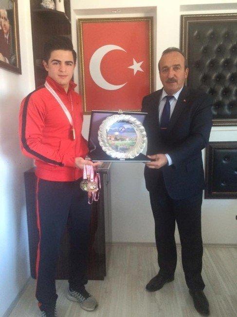 Milli Güreşçiden, Başkan Uysal'a Ziyaret