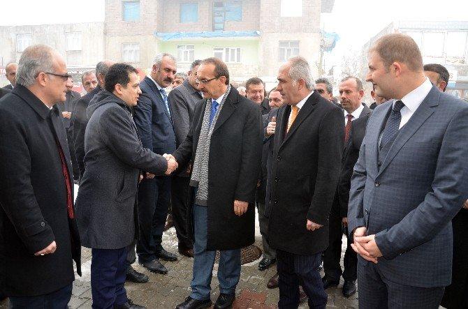 """Vali Yavuz: """"İnsanlar Terörden Dolayı Batıya Kaçıyor"""""""