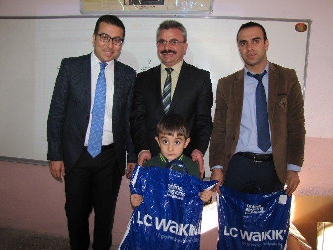 Hisarcık'ta Öğrencilere Giysi Yardımı