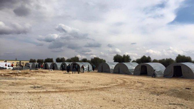 Suriyeliler için yeni çadırlar kuruldu, sıcak yemek dağıtıldı