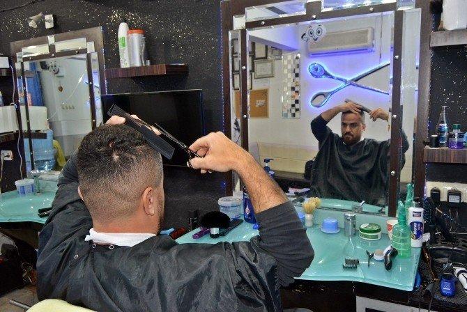 Kendi Saçını Tıraş Edebilen Berber Herkesi Şaşırtıyor