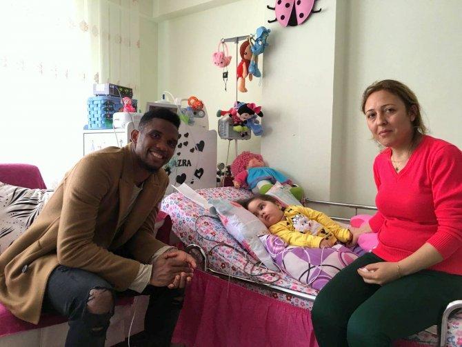 Eto'o'dan hasta minik Azra'ya doğum günü sürprizi