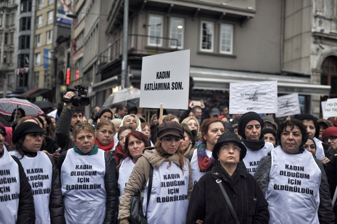 CHP'li kadınlar yağmura rağmen Özgecan Aslan için yürüdü
