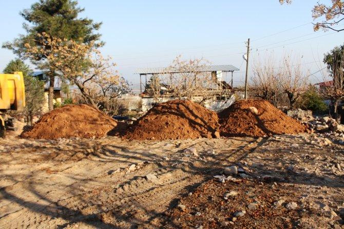 Büyükşehir ekipleri Kırıkhan'ın bozuk yollarını yapıyor