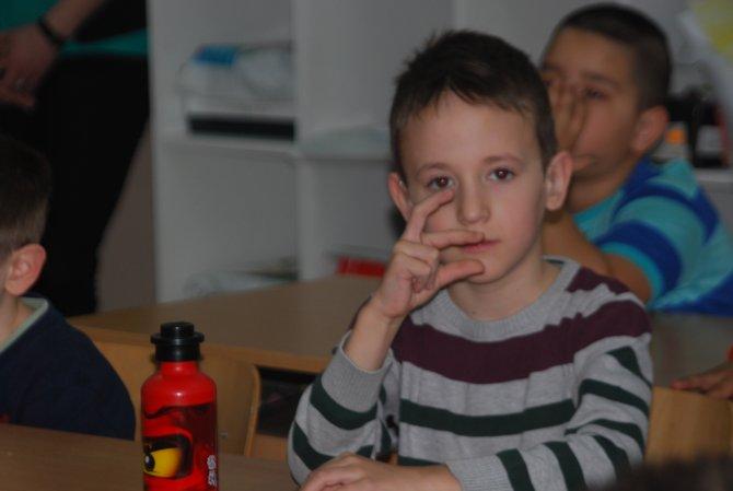 İşitme engelli arkadaşları için bütün öğrenciler işaret dili öğreniyor