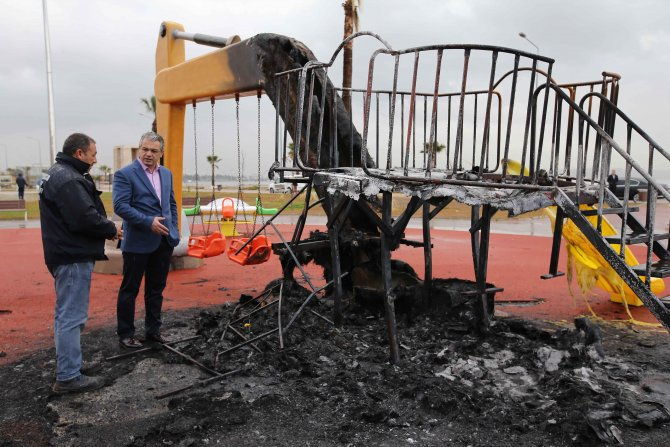 Çocuk parkı yakıldı