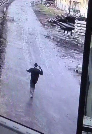 Babasını Öldürüp 3 Kişiyi Yaralayan Gencin Kendini Vurma Anı Kamerada
