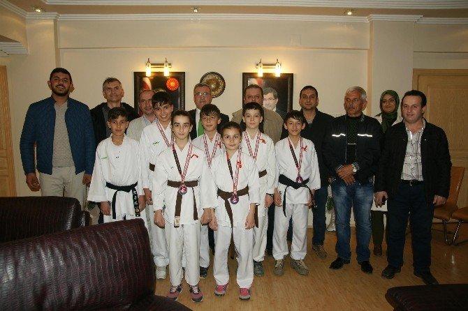 Başkan Akcan'dan Başarılı Karatecilere Ödül