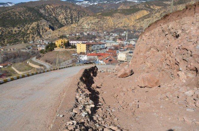 Koyulhisar'da Mezarlık Yolu Genişletiliyor