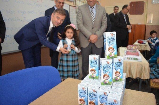 Kula'da 2 Bin 948 Öğrenci Süt İçecek