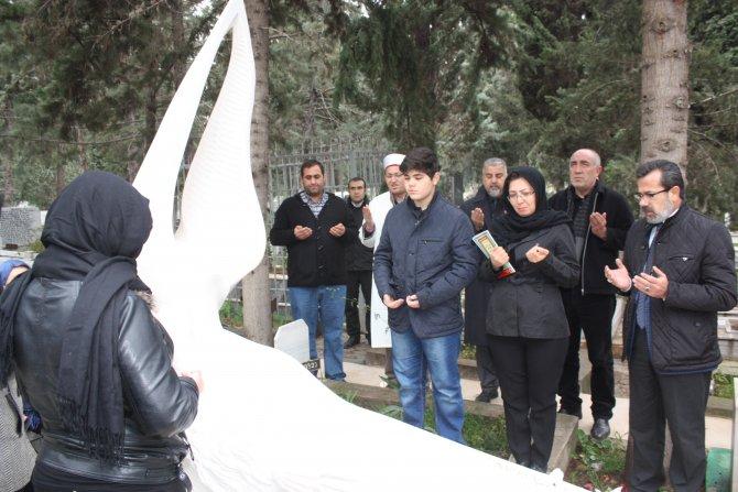 Özgecan mezarı başında dualarla anıldı
