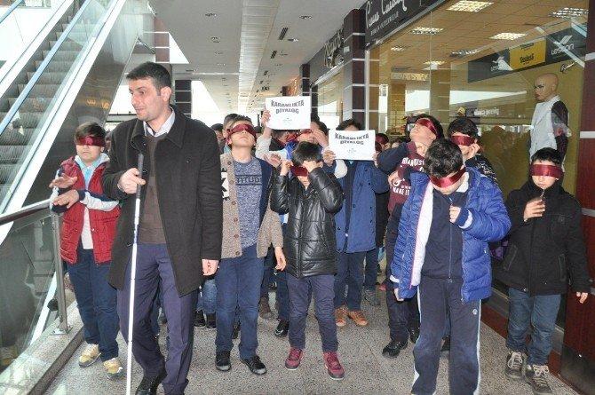 """Tatvan'da Öğrencilere """"Karanlıkta Diyalog"""" Yürüyüşü"""