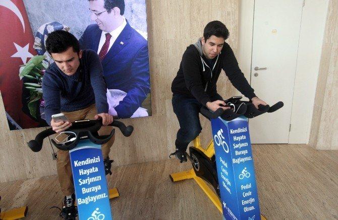 Pedal Çevirerek Telefonlarını Şarj Edecekler