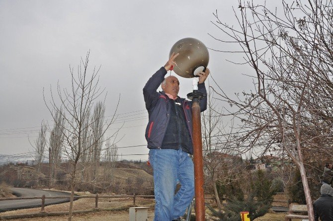 Parklarda Kırılan Lambalar Tamir Edildi