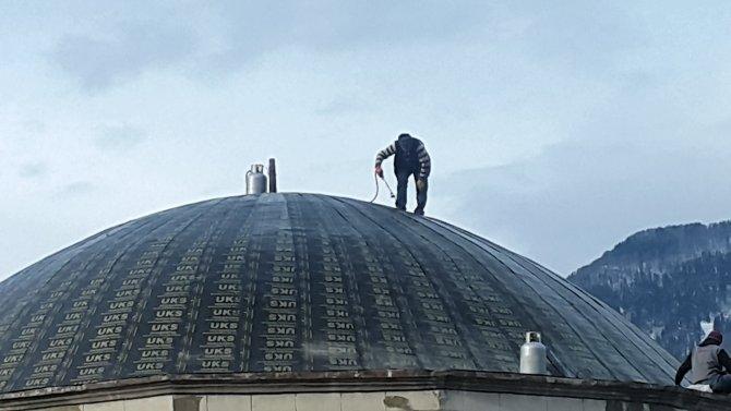 Cami kubbesinde çalışan işçiden bilindik manzara
