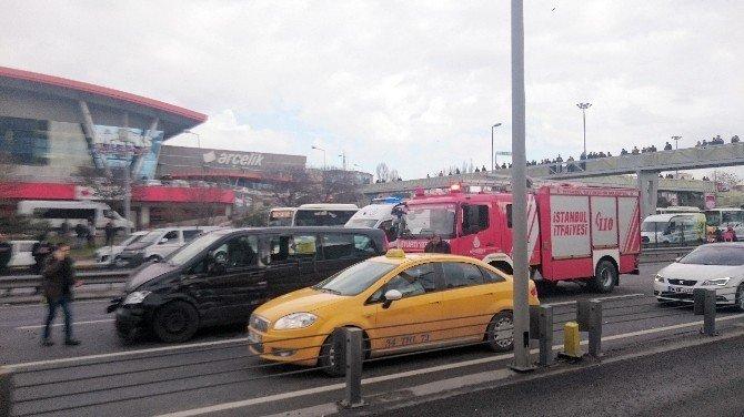 Metrobüs Üst Geçidine Araç Çarptı: 2 Yaralı