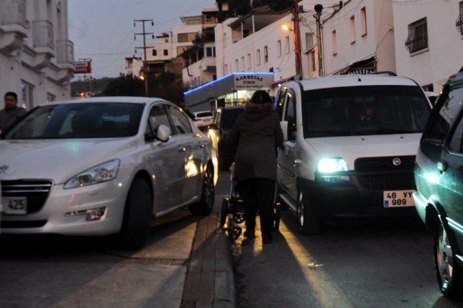 Kaldırım Araçlarla Dolunca Bebek Arabasıyla Trafikten İlerledi