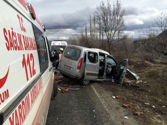 Çorum'da İki Araç Kafa Kafaya Çarpıştı: 3 Ölü