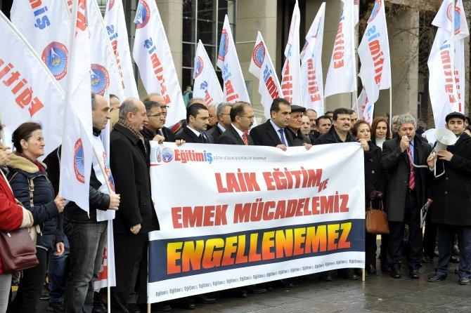 Eğitim-İş: Adliye önünde, öğretmenler hakkında açılan davalara tepki gösterdi