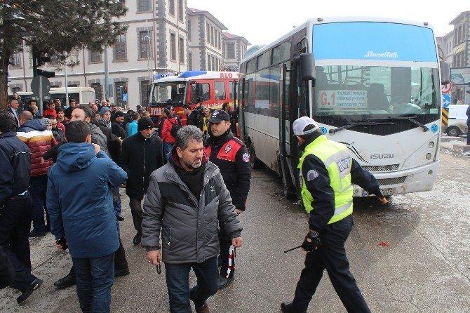 Otobüsün Altında Kalan Yaşlı Adam Ağır Yaralandı