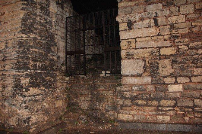 Tarihi Surlarda Bomba Süsü Verilmiş Paket Polisi Alarma Geçirdi