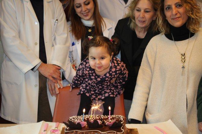 Minik Bade, karaciğer naklinin yıldönümünü doktor ve hemşireleriyle kutladı