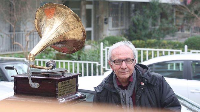 Sokakta gramofon, gramofonda Müzeyyen Senar...