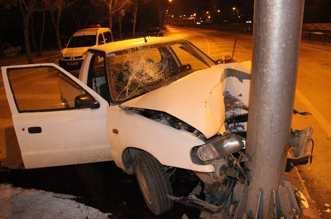 Kamyonet Yön Levhasına Çarptı Sürücü Yaralandı