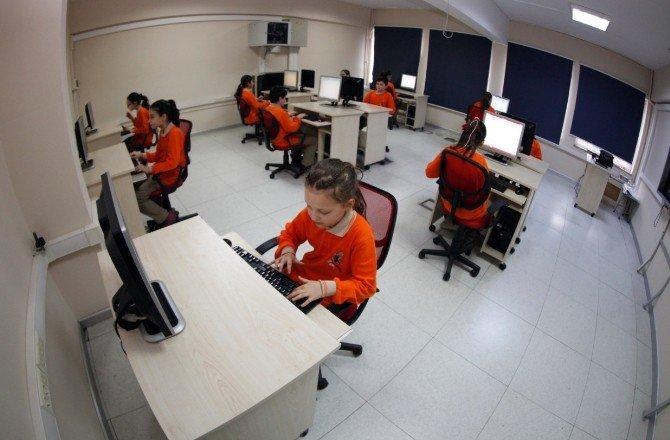 Küçükçekmece Belediyesi'nden Okullara Bilgisayar Desteği