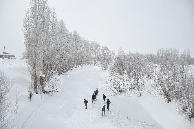 - Buz Tutan Derelerde Çocukların Oyun Keyfi