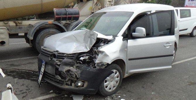 Halk Otobüsüne Çarpan Aracın Sürücüsü Yaralandı