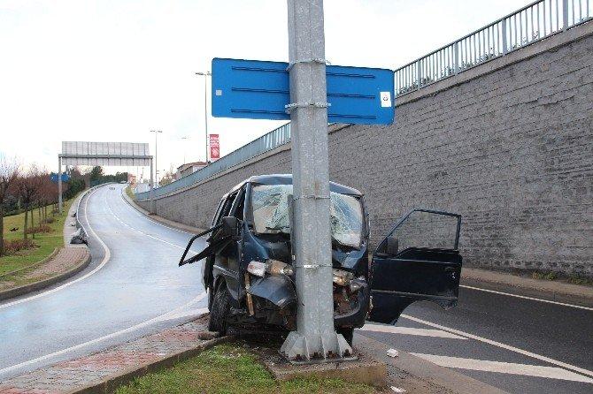 Panelvan Minibüs Yön Tabelasına Çarptı: 6 Yaralı