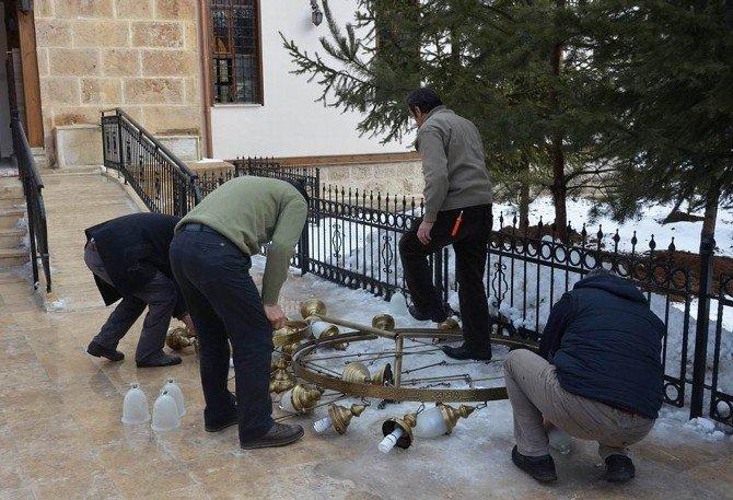 Cuma Namazı Sırasında Cemaatin Başına Avize Düştü: 3 Yaralı