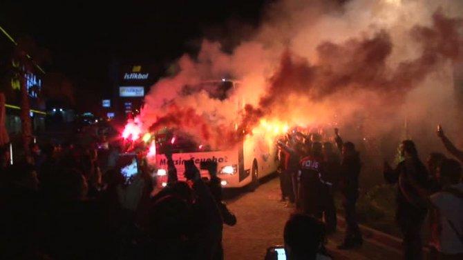 Galatasaray, Mersin'de meşalelerle karşılandı