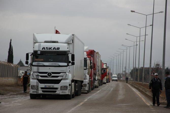 Yardım TIR'ları Suriyeli sığınmacılar için sınır kapısında kuyruğa girdi