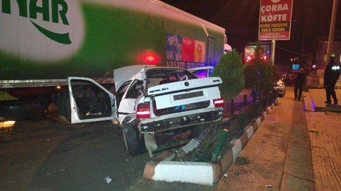 Otomobil Tır'a Çarptı: 2 Yaralı