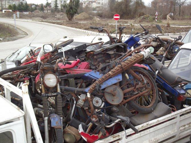Otoparkta terk edilen araçlar hurdaya döndü