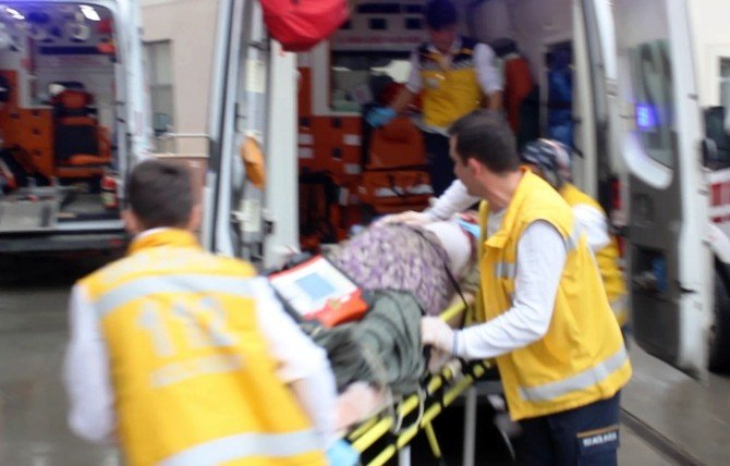 Traktör İle 2 Otomobilin Karıştığı Kazada 4 Kişi Yaralandı