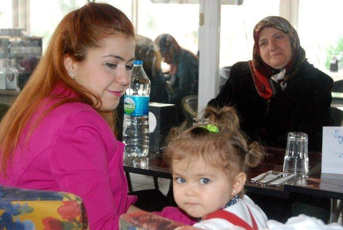 AK Partili Kadınlardan İhtiyaç Sahibi Çocuklara Giyim Yardımı