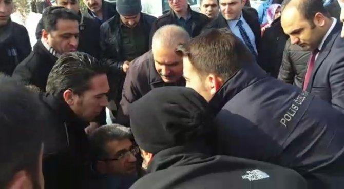 HDP'li vekil, bakan konvoyunun önüne geçince polisin müdahalesine uğradı
