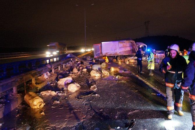 Kamyonun altına giren otomobil metrelerce sürüklendi: 3 yaralı