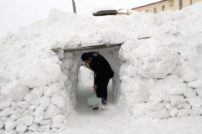 Kar Tünelinin Sonunda Çardakta Çay Keyfi
