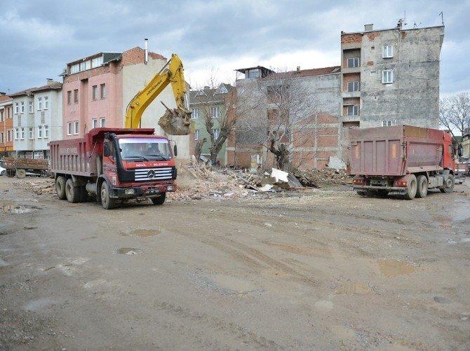 İnegöl'de Tehlike Arz Eden Binalar Yıkılıyor