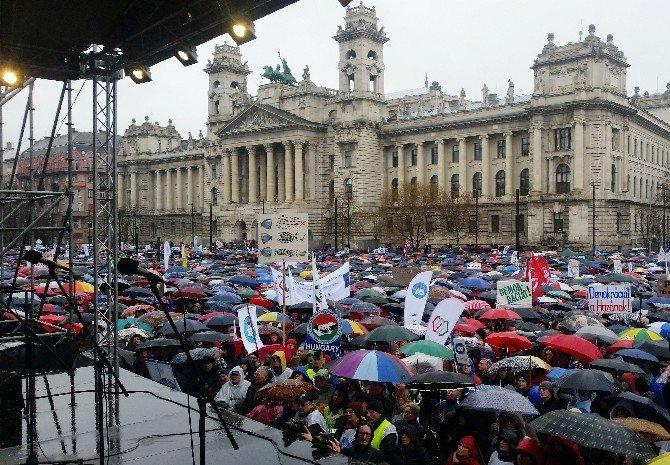 Macaristan'da Pedagoglardan Hükümet Karşıtı Protesto