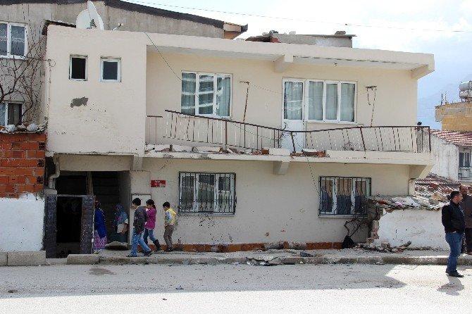 Otomobil, Kamyonet Ve Evin Balkonuna Çarptı: 3 Ölü