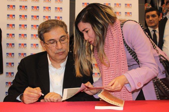 Orhan Pamuk, 'Kırmızı Saçlı Kadın'ı okurları için imzaladı