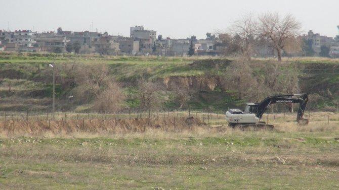 Nusaybin ile Suriye sınırında hendek kazma çalışması devam ediyor