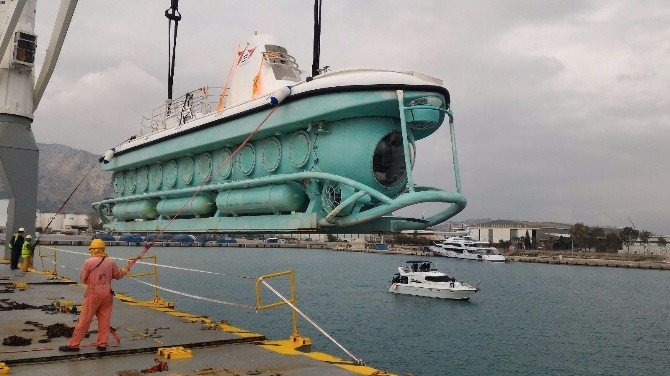 Türkiye'nin İlk Turistik Denizaltısı Denize İndirildi